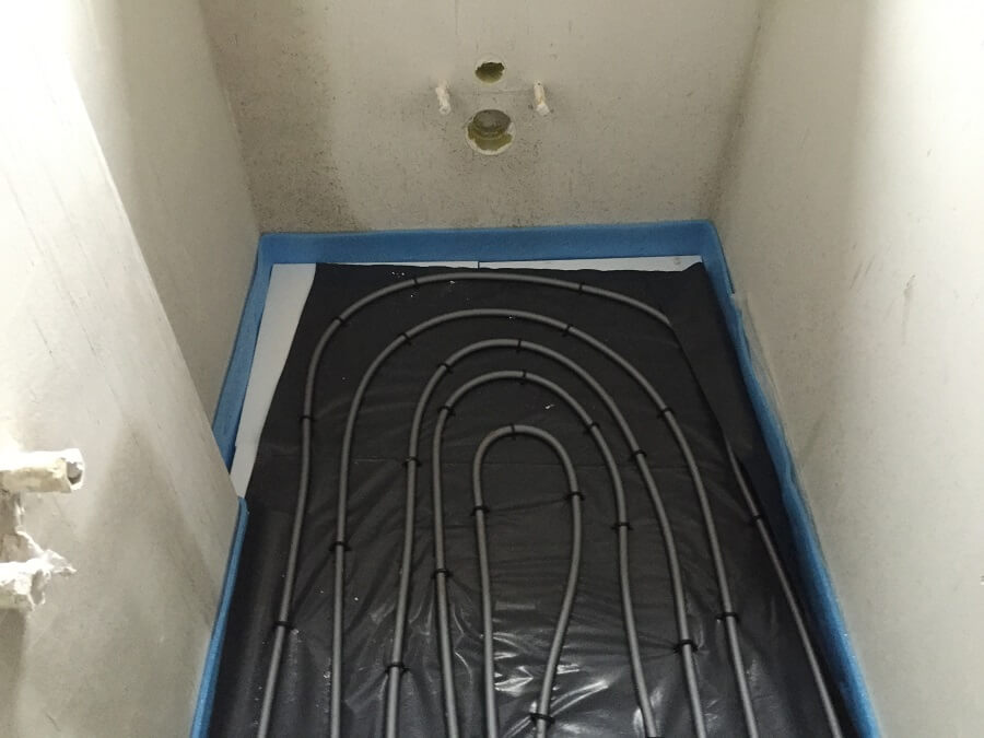 Bevor der Estrich verlegt wird und die Fußbodenheizung nicht mehr sichtbar ist, sollte eine baubegleitende Qualitätskontrolle vor Ort erfolgen