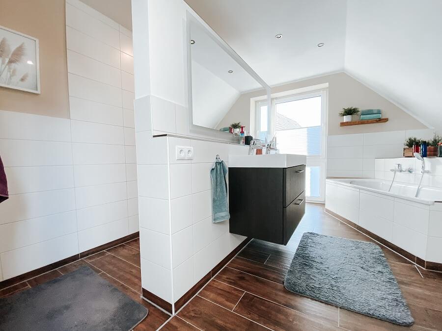 Fliesenleger Kosten - Wir haben für unser Badezimmer etwa 3.000 Euro für die Fliesenarbeiten bezahlt - Fliesen verlegen Kosten
