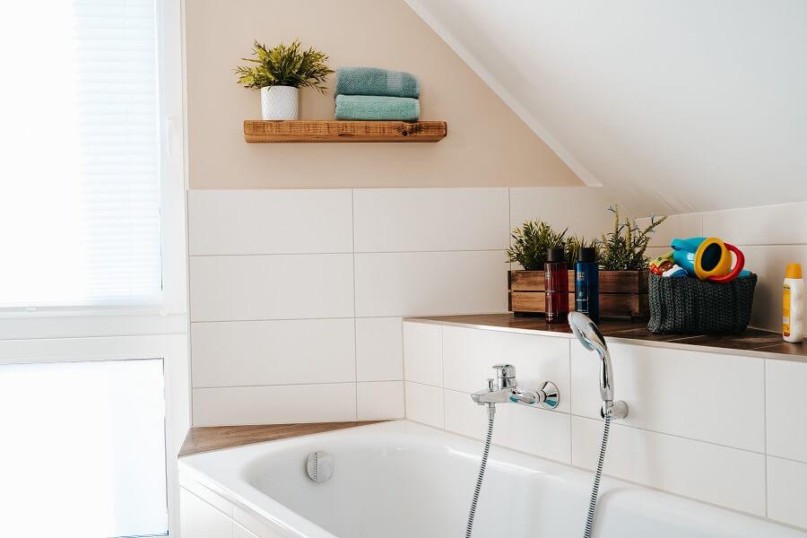 Um die gemauerte Badewanne und im Duschbereich haben wir Ablageflächen mit Bodenfliese erschaffen