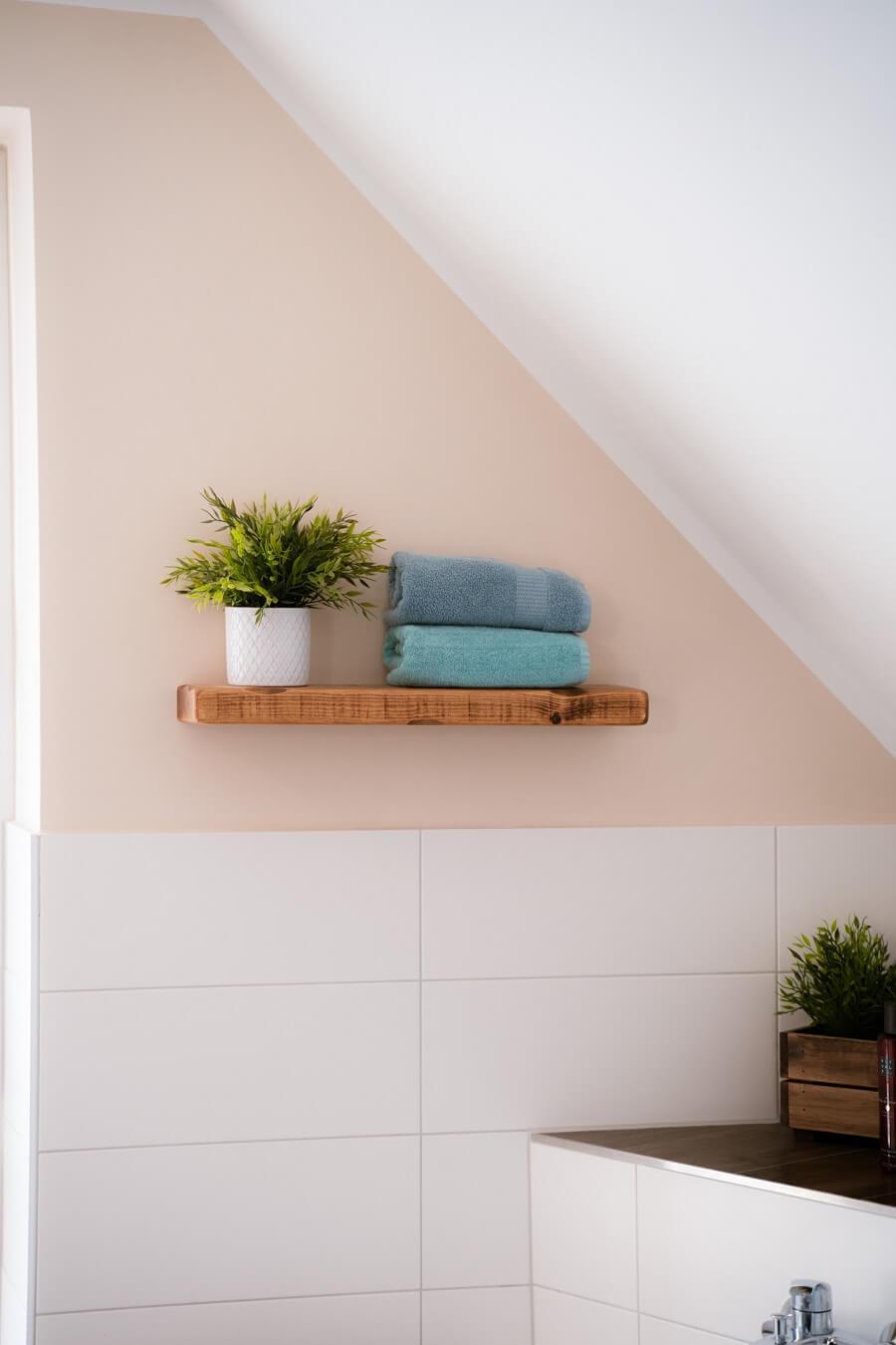 Wir haben an vielen Bereichen im Badezimmer nur halbhoch Fliesen lassen, weil wir es hübscher finden, mit Wandfarbe und Dekoelementen wie Regalen zu arbeiten
