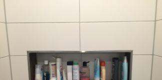 Duschablage in der gemauerten, ebenerdigen Dusche