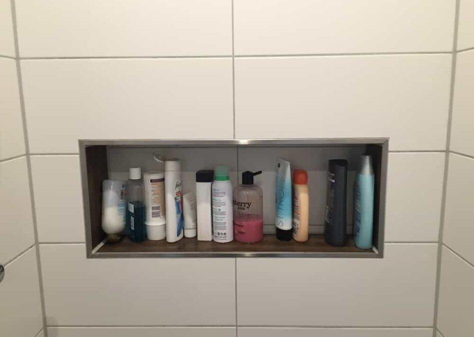 duschablage in der gemauerten ebenerdigen dusche