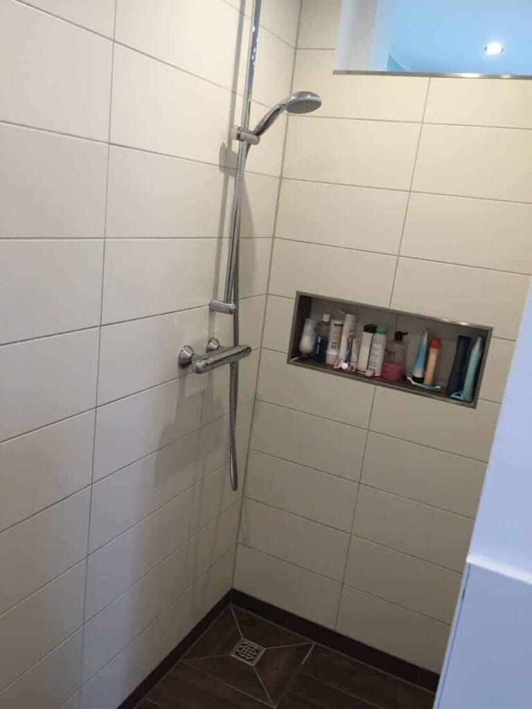Unsere fertige Duschablage in der gemauerten Dusche