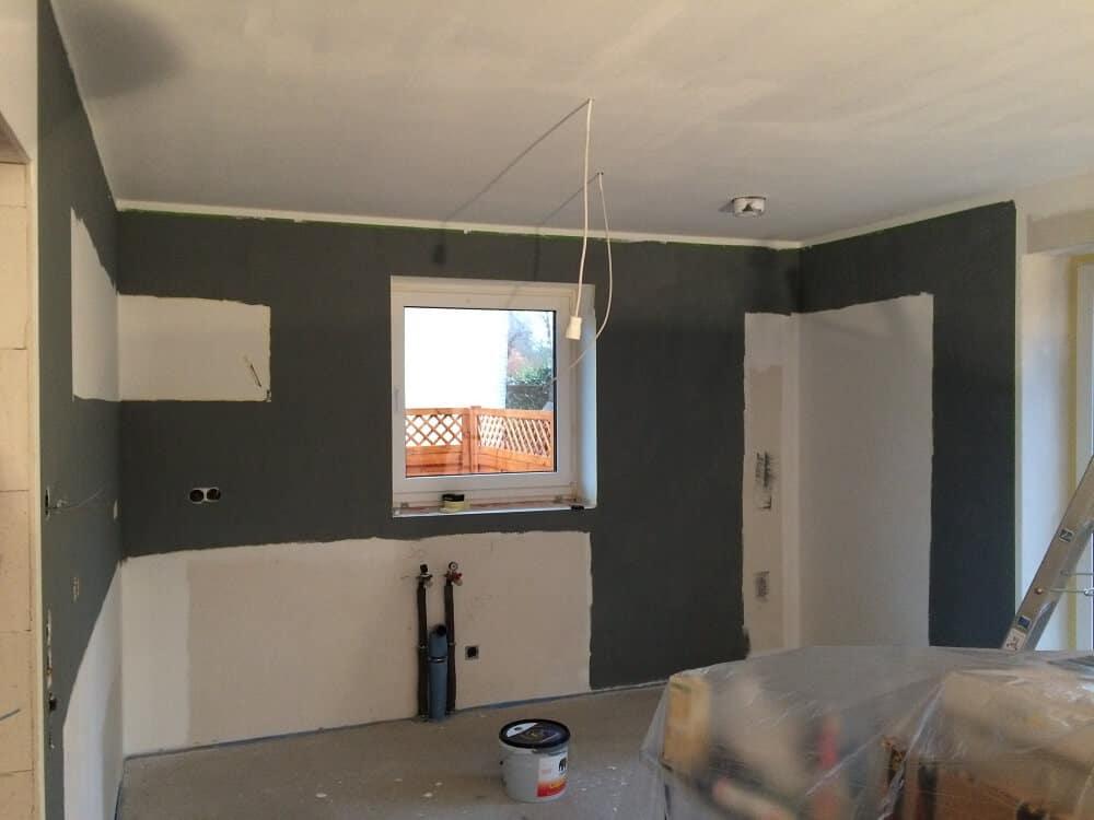 wohnzimmer wände grau:Wände streichen in Küche und Wohnzimmer mit Frogtape