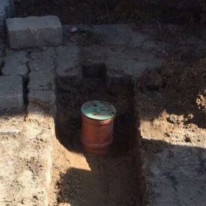 Abwasserrohr für Entwässerungsrinne auf dem Grundstück