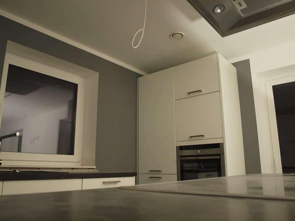 Decke in der Küche weiß gestrichen