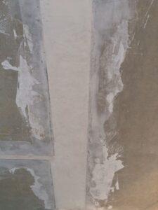 Deckenstöße und Deckenfugen spachteln