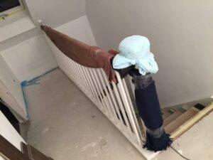 Neue Innentreppe mit Handtüchern geschützt