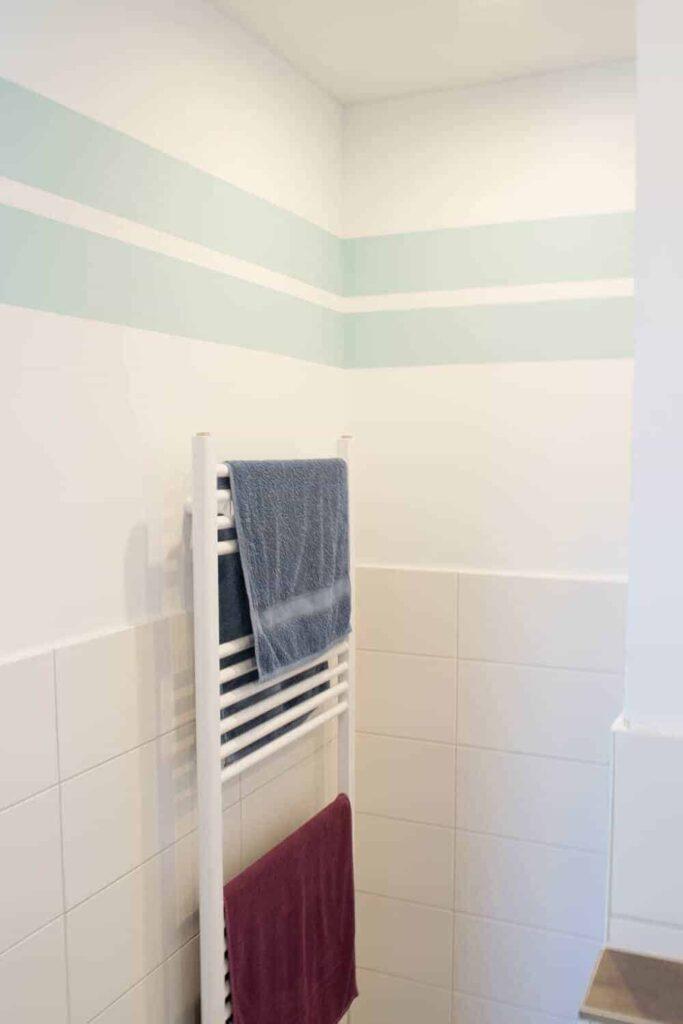 Gestreifte Wände im Badezimmer