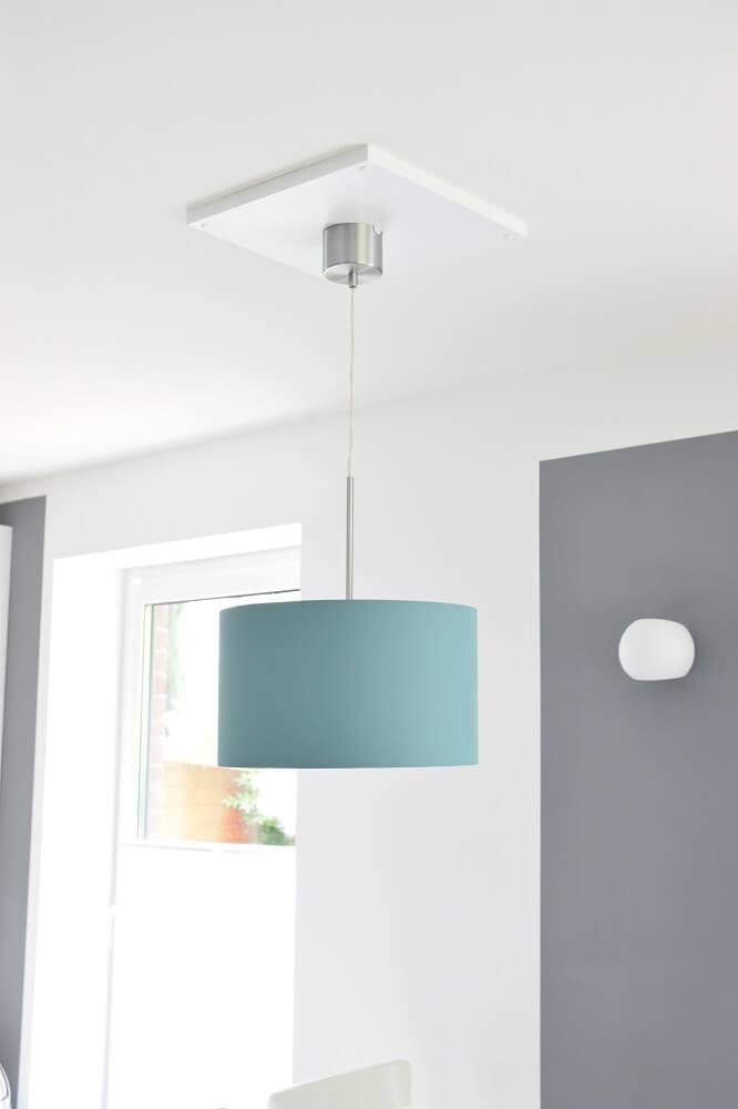 Deckenlampe von IKEA über dem Esstisch