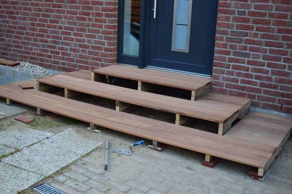 Die selber gebaute Treppe steht endlich