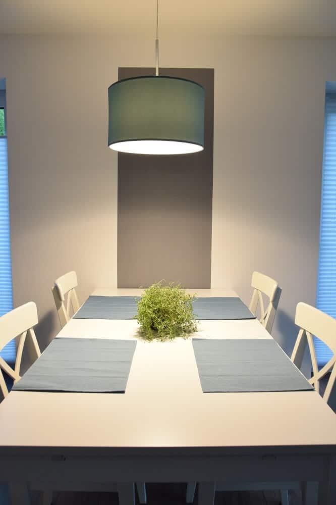 Esstisch mit Stühlen und Deckenleuchte