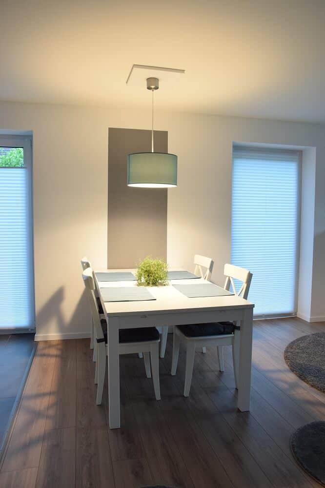 Esstischlampe mit selbstgebauter Halterung an der Decke