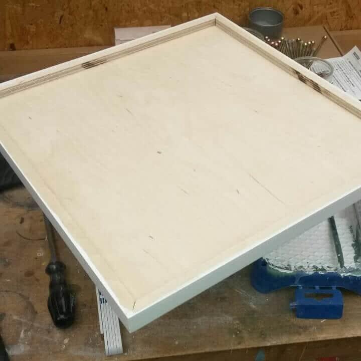 Holzbrett für die Deckenlampe mit Hohlraum für das Stromkabel