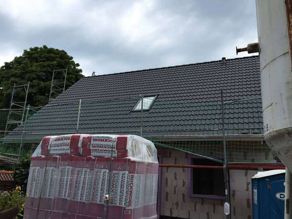Dach ist fertig gedeckt und Dachfenster eingebaut