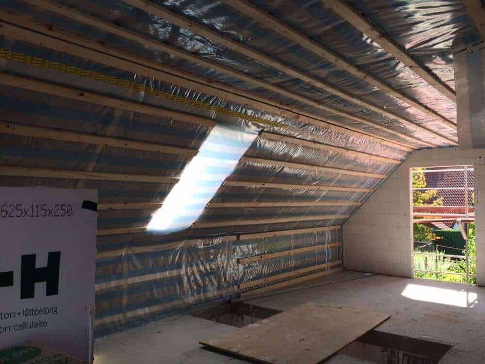 Dachisolierung mit Folie und Dämmung