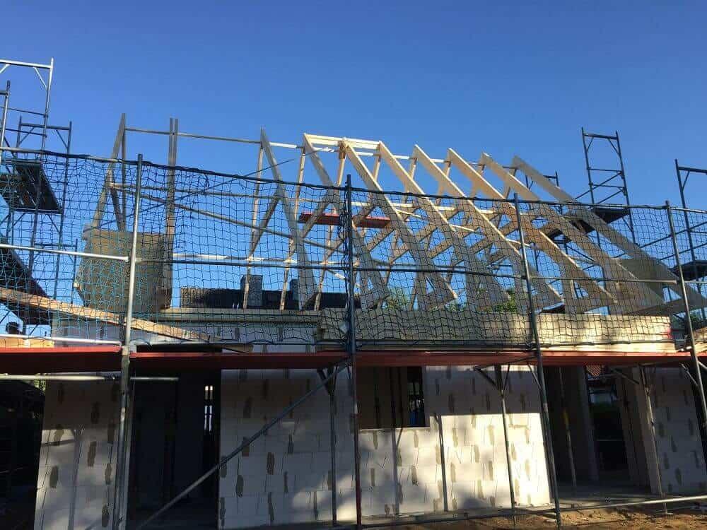 Der Dachstuhl aus Holz ist bald fertig