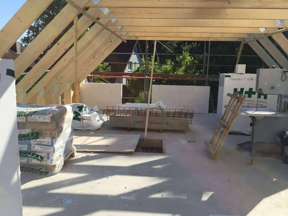 Der Dachstuhl steht, jetzt wird gemauert