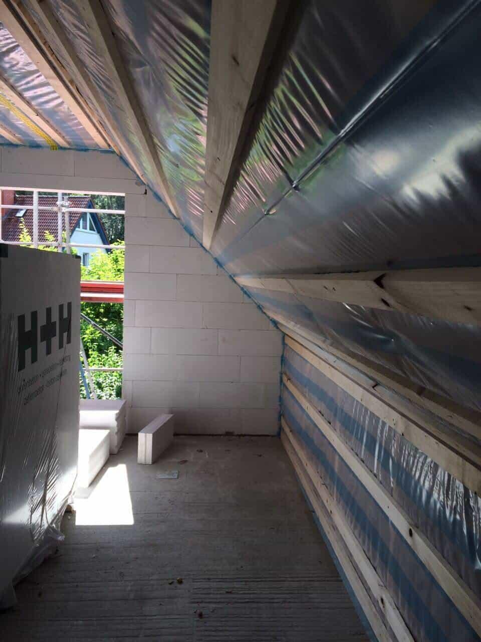 Isolierung am Dach mit Folie und Dämmung