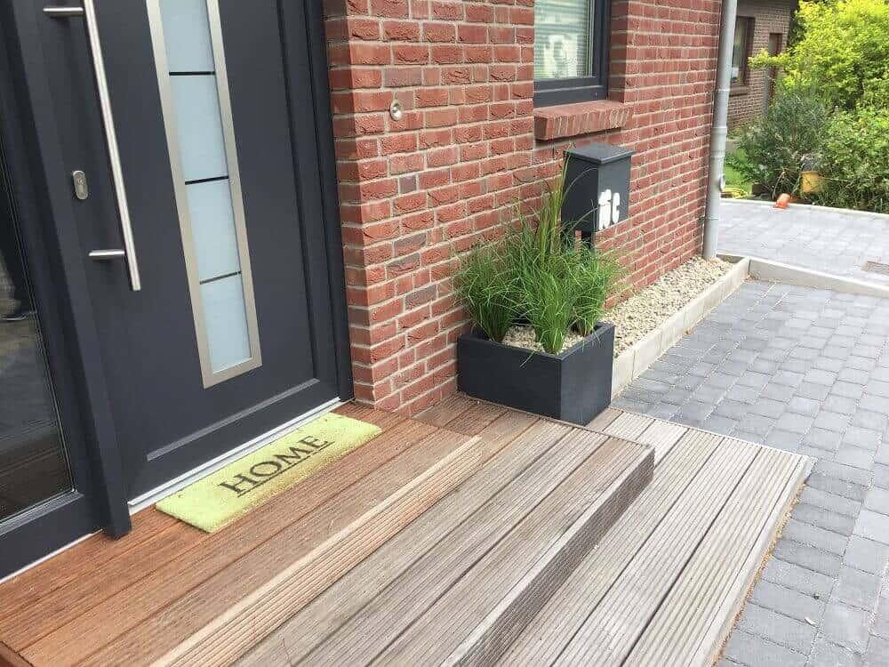 Eingangsbereich außen Treppe mit Kunstpflanzen verschönert