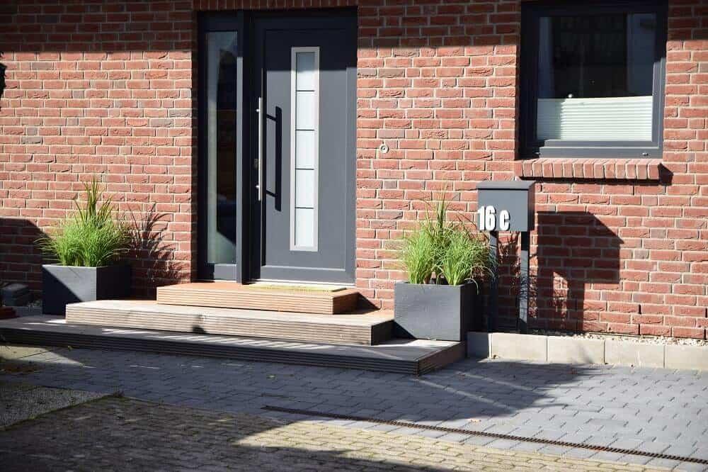 eingangsbereich außen gestalten kunstpflanzen und sonne sind eine tolle kombination