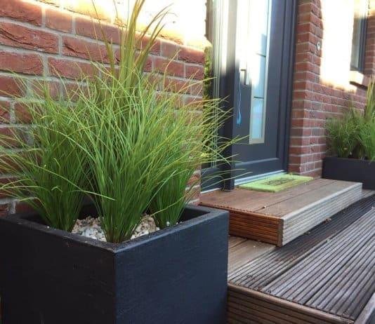 Eingangsbereich im Herbst - Trotzdem schön gestaltet dank Kunstpflanzen