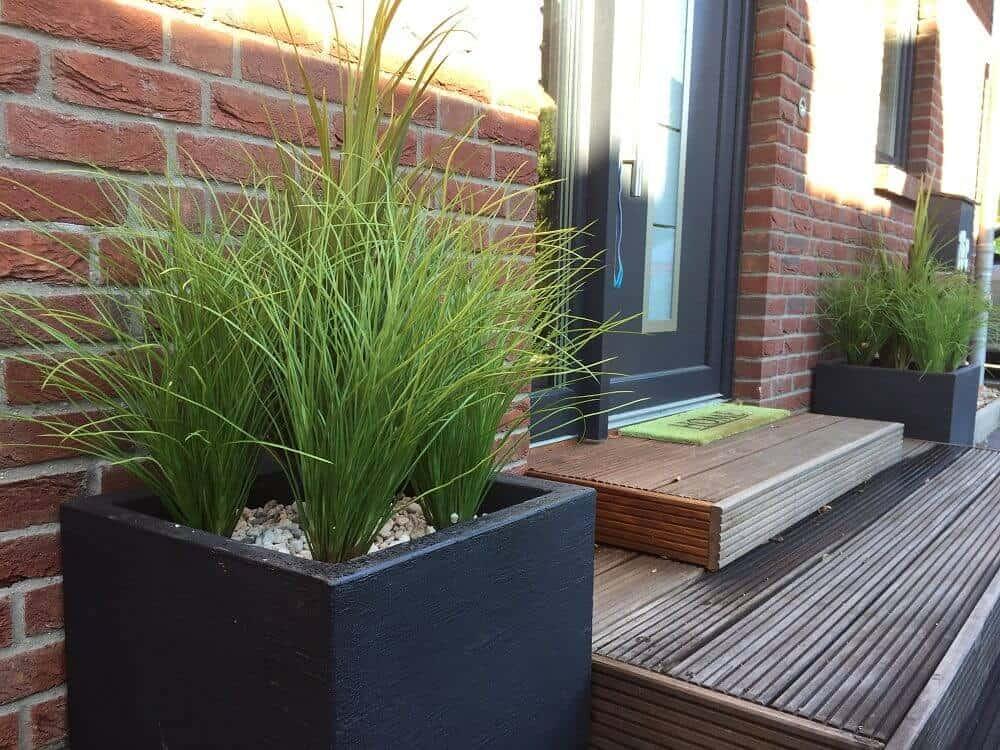eingangsbereich im herbst trotzdem schön gestaltet dank kunstpflanzen