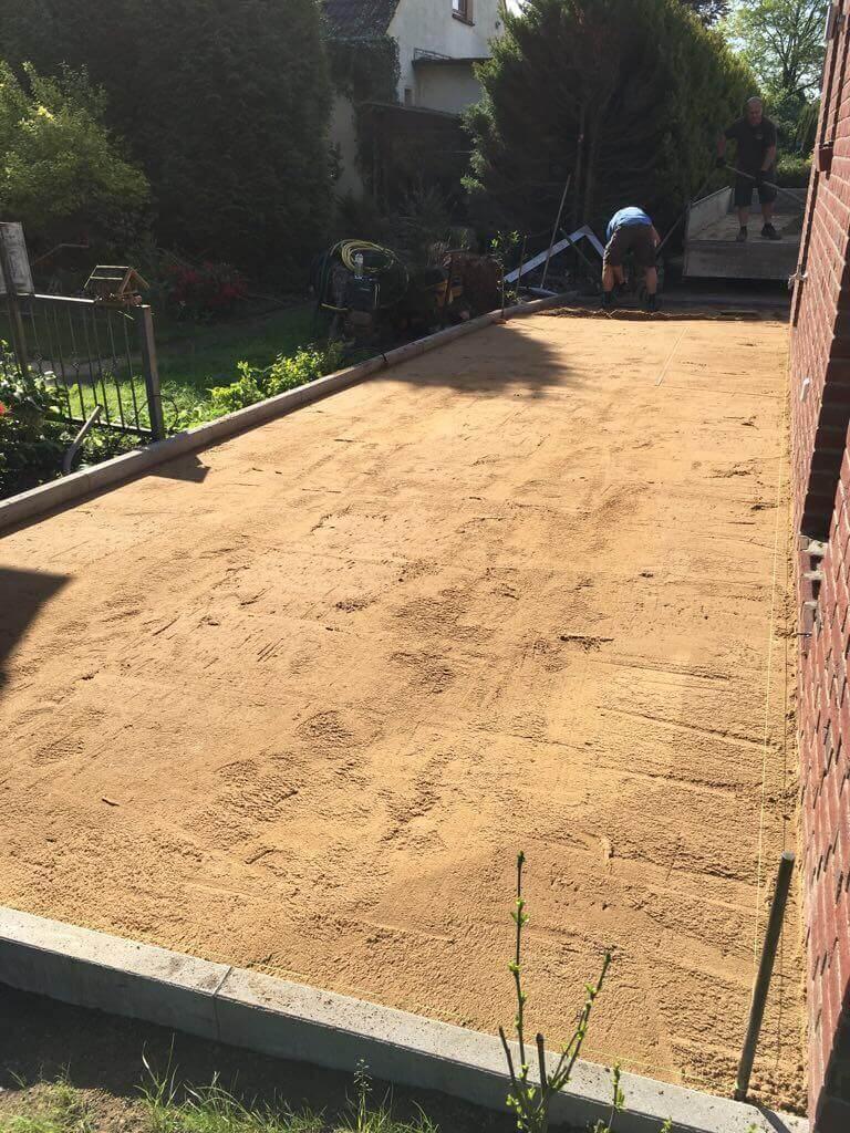 Gesiebter Sand als Pflasterbett für die Pflastersteine auf dem Parkplatz