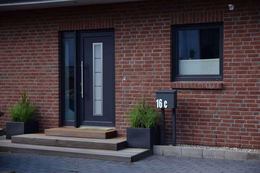 Hauseingang gestalten - Eingangsbereich mit Kunstpflanzen verschönern