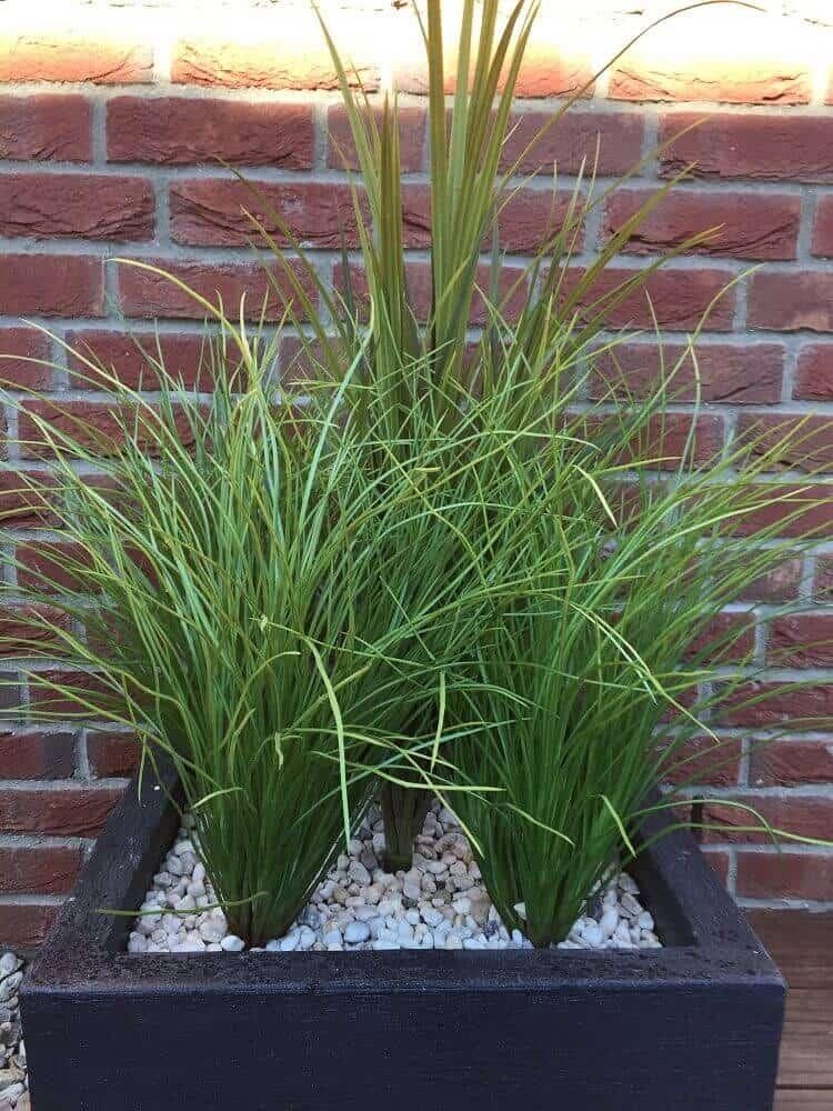 Kunstpflanzen im Pflanzkübel