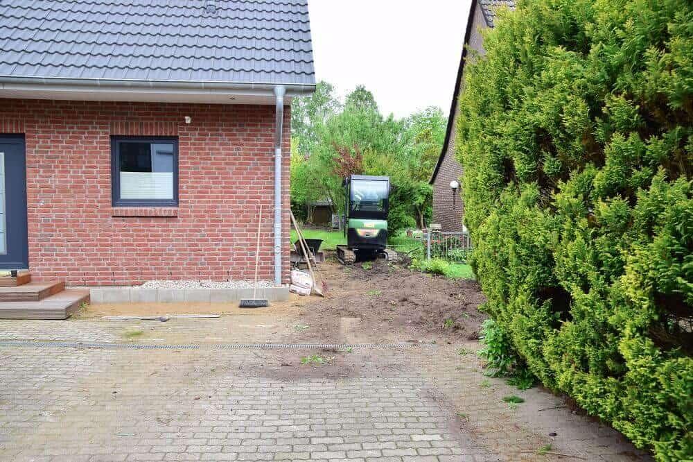 Mit dem Radlader die Bäume roden, um die Einfahrt pflastern zu können