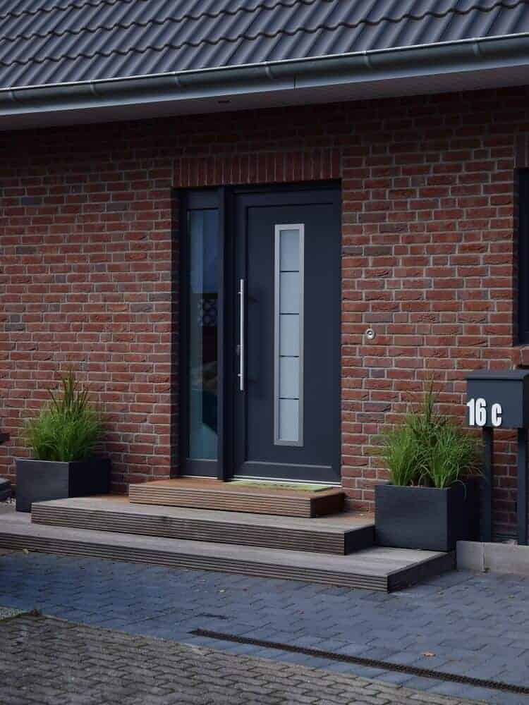 neu gestalter eingangsbereich mit selbst gebauter treppe und kunstpflanzen