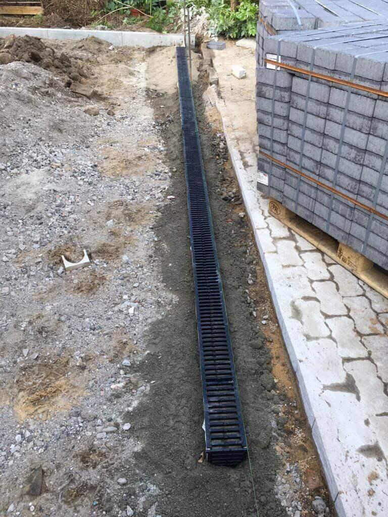 Neue ACO Entwässerungsrinne für die gepflasterte Einfahrt