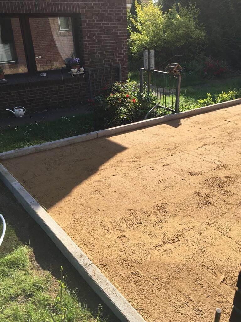 Pflasterbett aus gesiebtem Sand für die Pflastersteine auf der Einfahrt