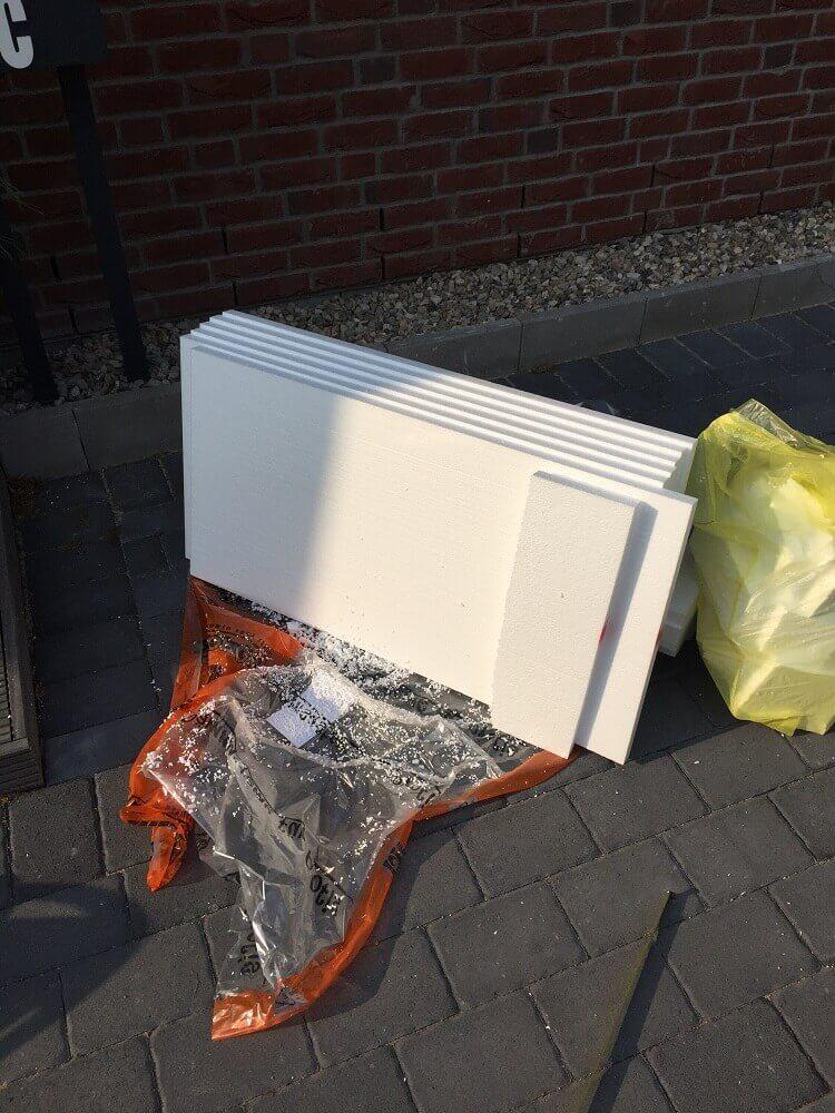 Styropor als Untergrund für die Kunstpflanzen im Eingangsbereich außen verwendet