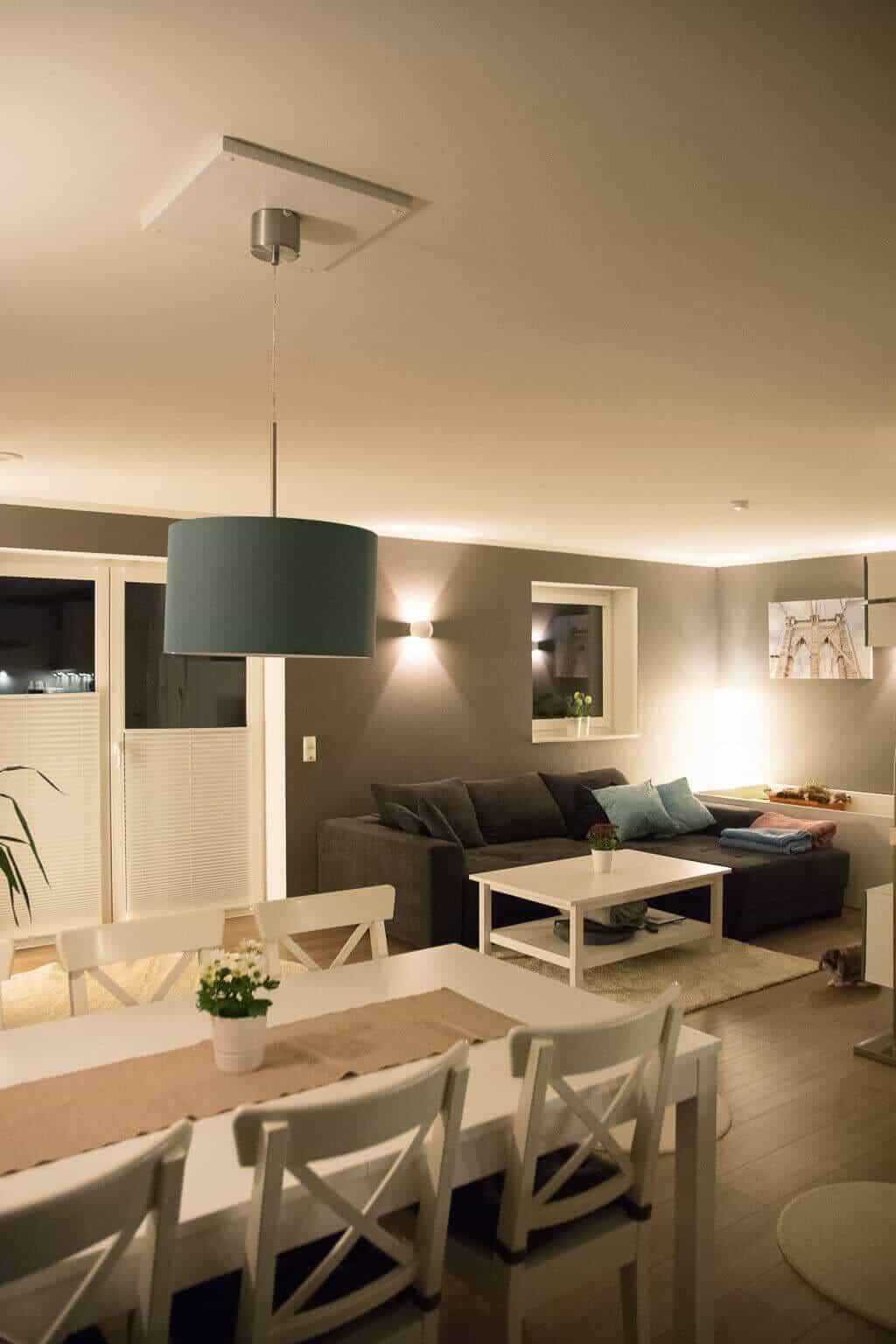 Wunderbar Wohnzimmer In Grau Gestrichen Mit Weißen Möbeln Als Akzent