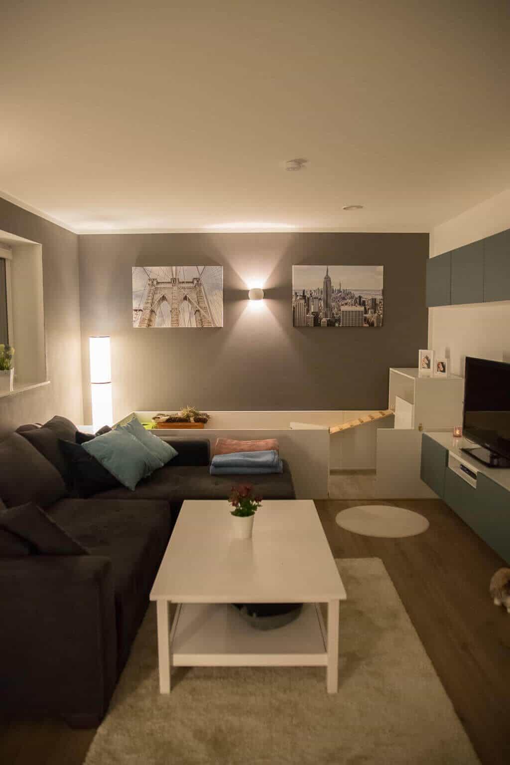 Wohnzimmer mit grauen Wänden und weißen Möbeln
