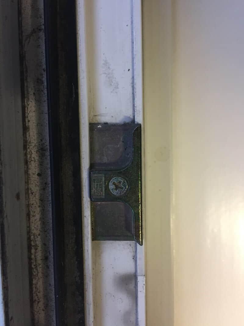 Einbruchschutz Fenster - Dieser Beschlag für einen Pilzzapfen bringt keine Sicherheit und ist in wenigen Sekunden aufgebrochen