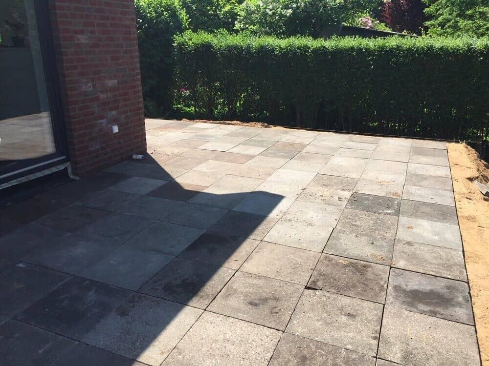 Übergangsweise Terrasse mit alten Gehwegplatten gelegt