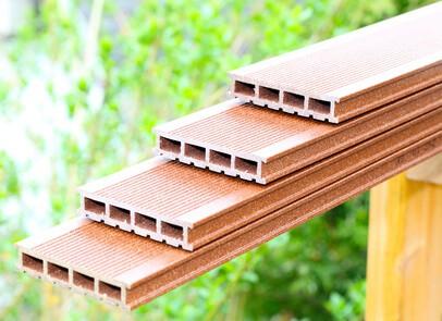 WPC Dielen sind eine Mischung aus Holz und Kunststoff und eine interessante Alternative als Terrassenbelag