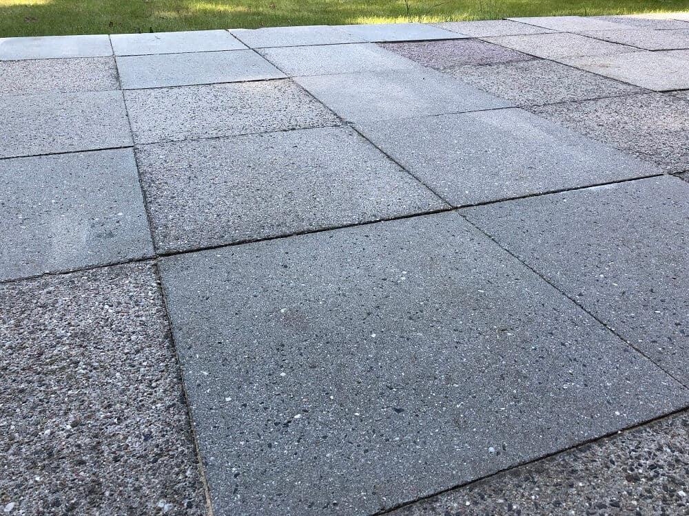 Die Terrasse ist nach dem Einsatz mit dem Kärcher Hochdruckreiniger endlich wieder sauber