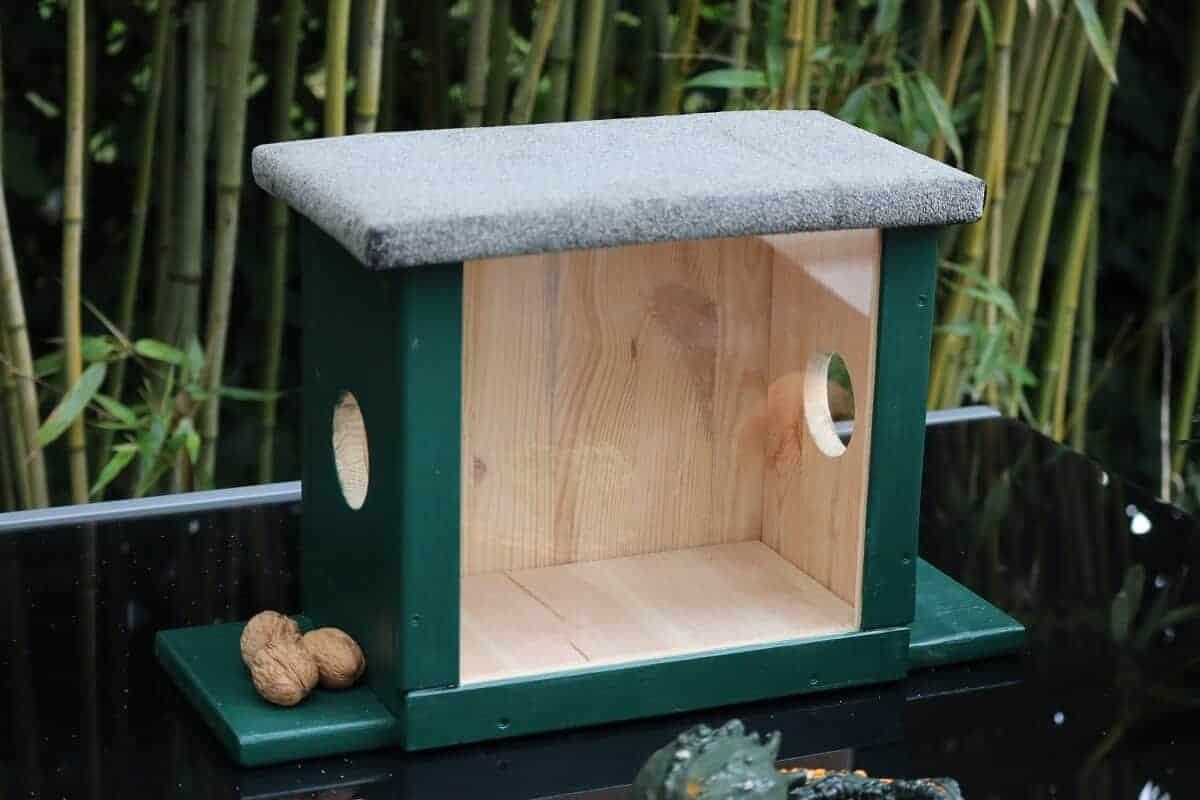 Eichhörnchenhaus für Nüsse im Winter