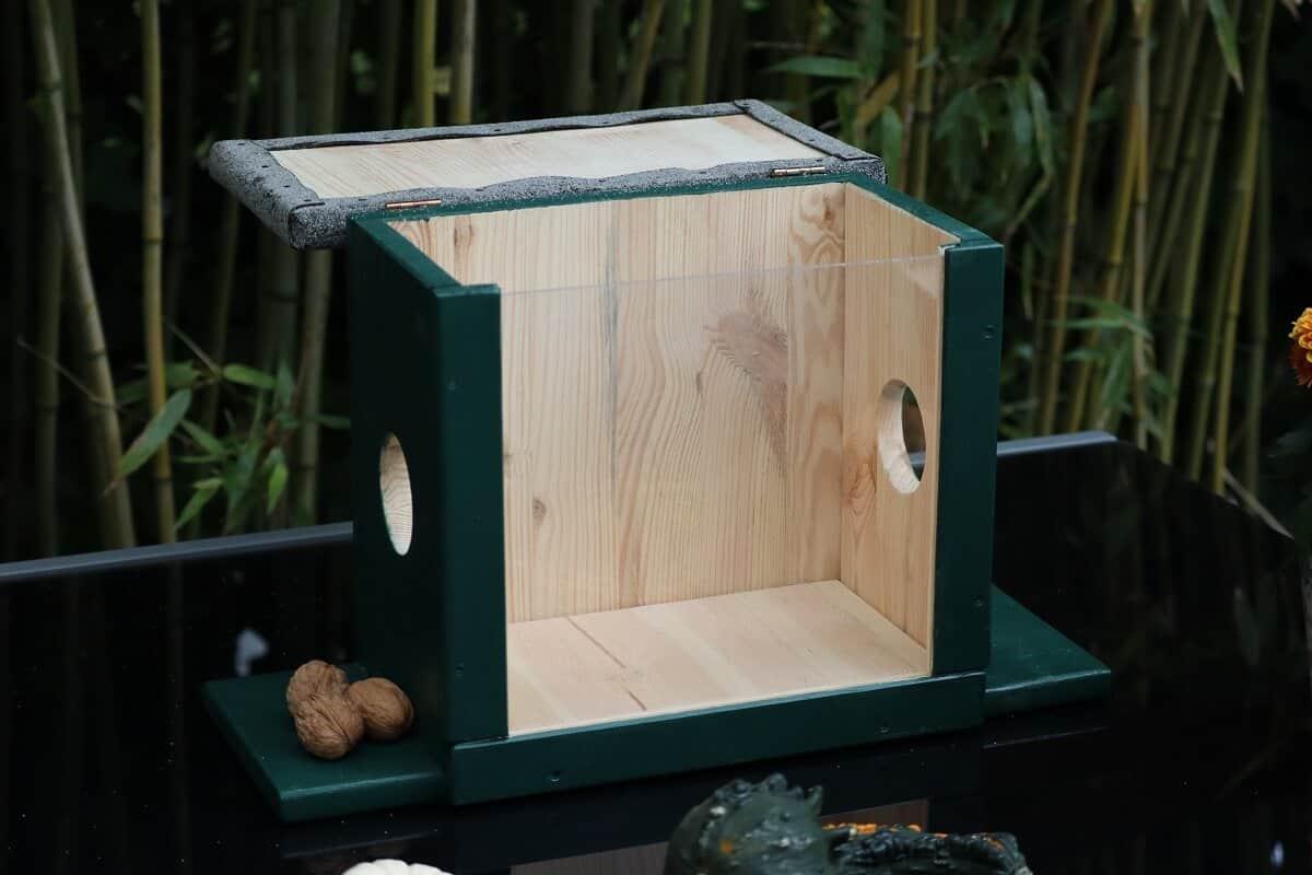 Ein selber gebautes Eichhörnchen Futterhaus mit offenem Deckel