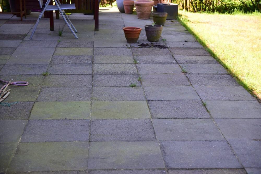 Terrasse mit Moos und Algen vor dem Einsatz mit dem Kärcher Hochdruckreiniger