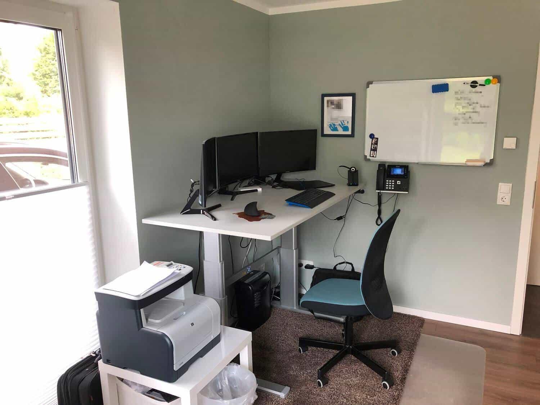 Ein höhenverstellbarer Schreibtisch im Home Office ist Gold wert