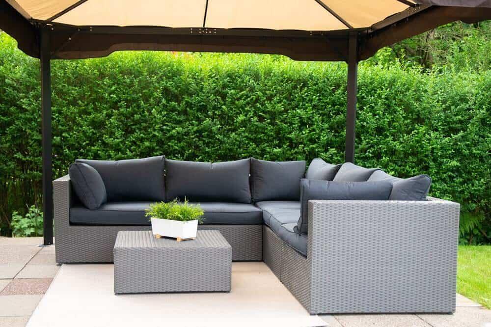 Garten Loungemöbel mit Pavillon sind der ideale Ort für warme Sommertage