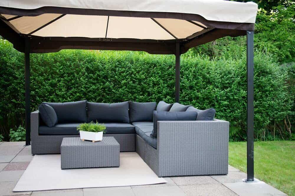 Loungemöbel mit Pavillon und Outdoor Teppich im Garten