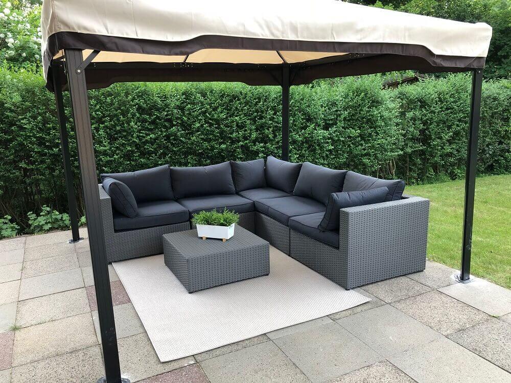 Pavillon im Garten mit Loungemöbeln und Outdoor Teppich