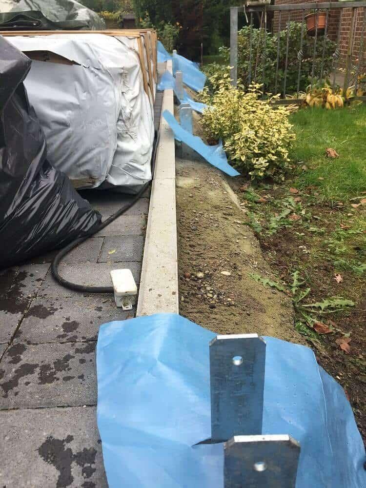 Alle 2 Meter ein H-Anker für die Pfosten von unserem Gartenzaun