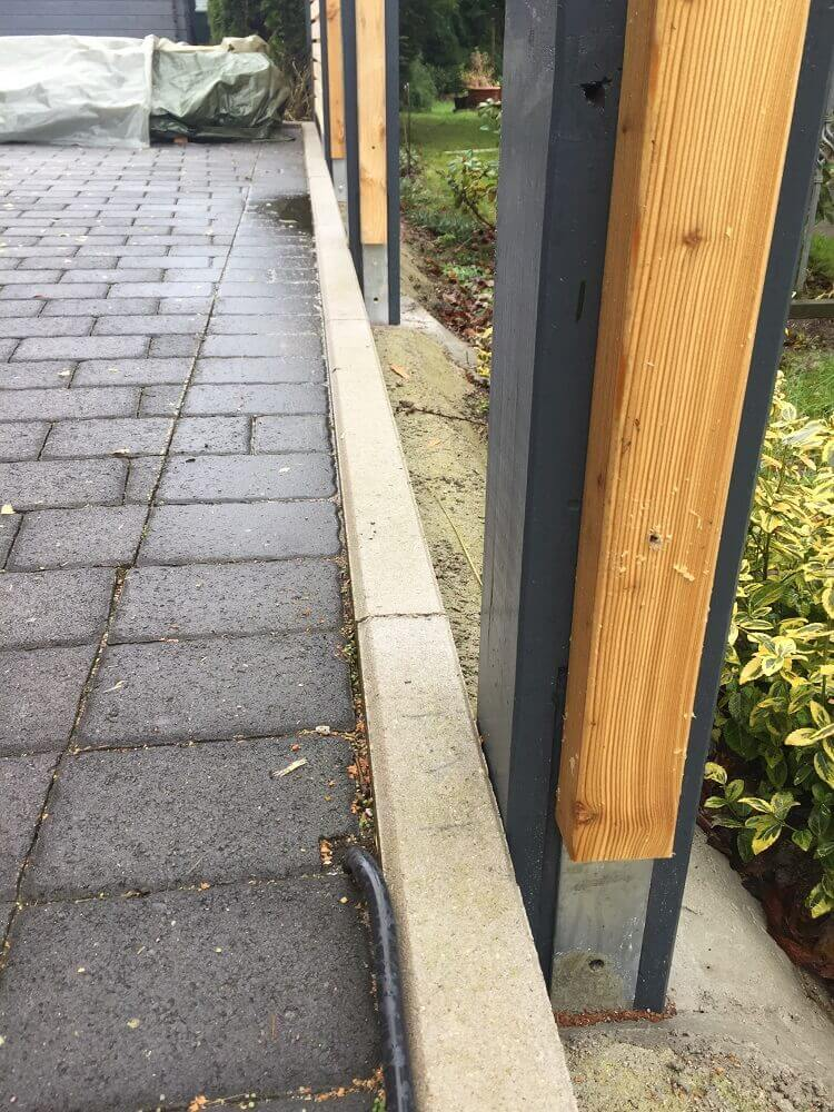 Anthrazit Pfosten mit Lattung für den Sichtschutz zum Nachbarn